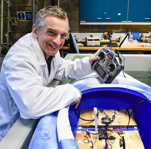 Ο Δρ Φιλ Άντερσον και το καγιάκ του. Φωτογραφία από SAMS.