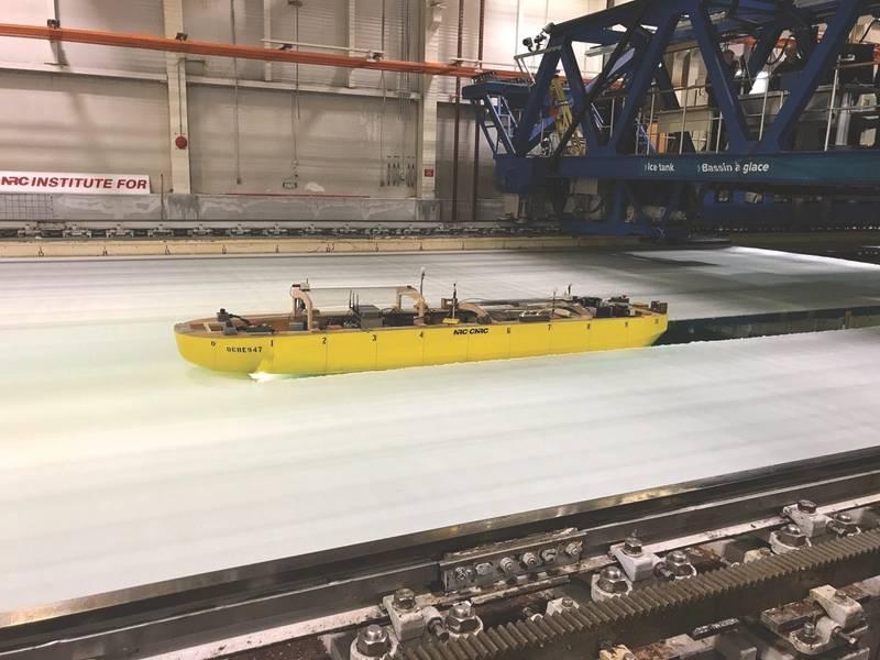 Модельный ледокол демонстрирует свою маневренность во время испытания в Национальном исследовательском совете Канады в Сент-Джонсе, Ньюфаундленд. Тест продемонстрировал прогресс, достигнутый в тестировании и оценке моделей проектирования для программы приобретения ледоколов береговой охраны США, которая поддерживается международной многоагентной командой, включая инженеров из Naval Surface Warfare Center, подразделения Carderock. (Фото ВМС США от Стивена Уиммета)