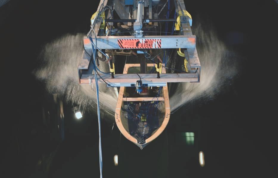 Модель корабля, прикрепленная к высокоскоростным салазкам, движется по волнам в бассейне модели Дэвида Тейлора в Морском морском военном центре, Кардероке, во время исследований, спонсируемых ONR. (Фото ВМС США от Джона Ф. Уильямса)