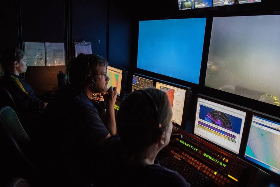 Научная команда в диспетчере управления E / V Nautilus контролирует погружение и определяет потенциальные цели выборки. (Фото: Сьюзан Поултон / OET)