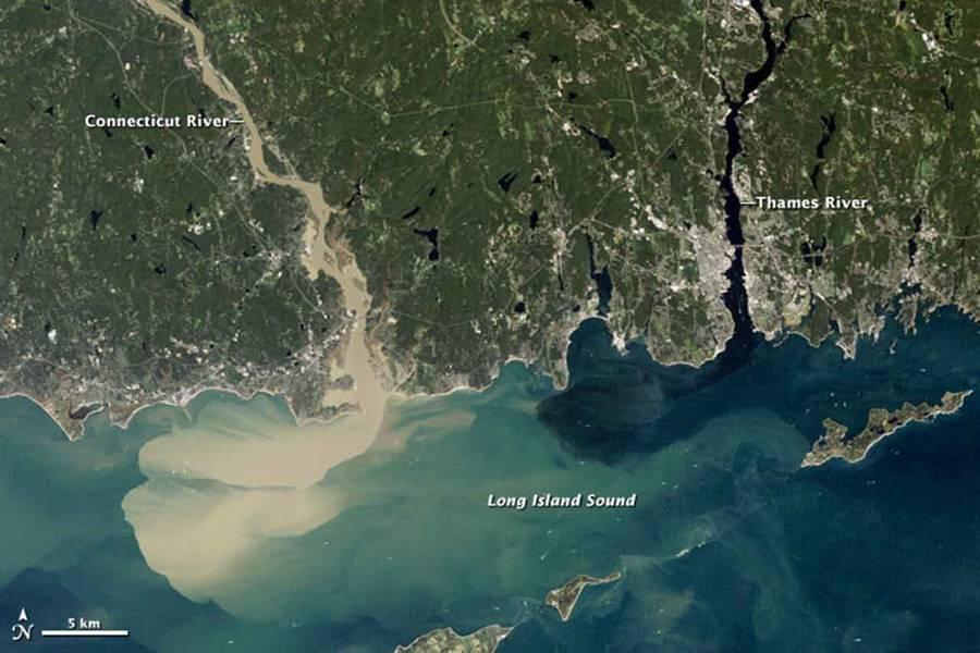 Полный дождевой воды от урагана Ирен, который залил Нью-Англию в августе 2011 года, река Коннектикут отправила большое количество грязного осадка в Лонг-Айленд-Саунд. (Фото: NASA Earth Observatory)