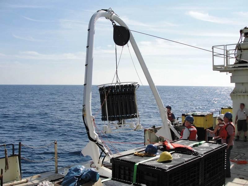 Развертывание карусели GEOTRACES с судна. Изображение: Cortland