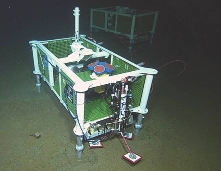 Рис.7. Часть массива инструментов Seafloor Instrument Array, этот ADCP с частотой 150 кГц находится на глубине 3 км около осевой подводной горы. (Кредит: NSF-OOI / UW / CSSF, Dive R1735, экспедиция VISIONS'14)