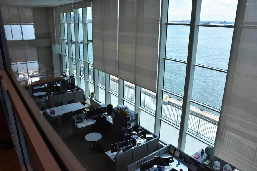Современная зона исследования в новом главном здании района на морском терминале Caven Point в Джерси-Сити, штат Нью-Джерси, 12 июня 2018 года. Окна от пола до потолка обеспечивают панорамный вид на гавань Нью-Йорк-Нью-Джерси и Нью-Йорк. Отдельная тренировочная площадка, в которой преподавался класс «Гидографические исследования», имеет одинаковую особенность. (Фото: Джеймс Д'Амброзио)