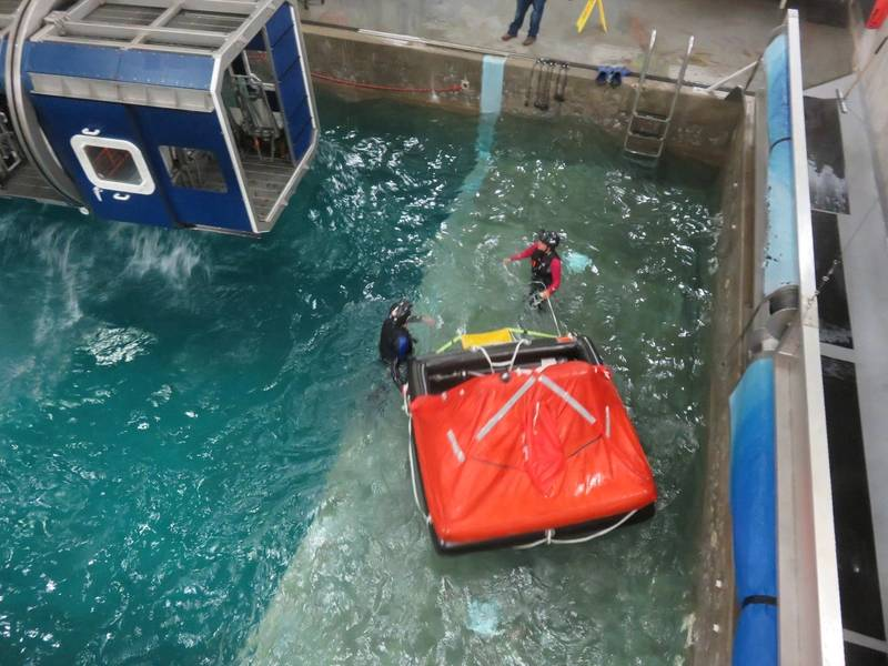Спасательный плот приближается к кабине, чтобы забрать выживших / беглецов. (Фото: Том Маллиган)