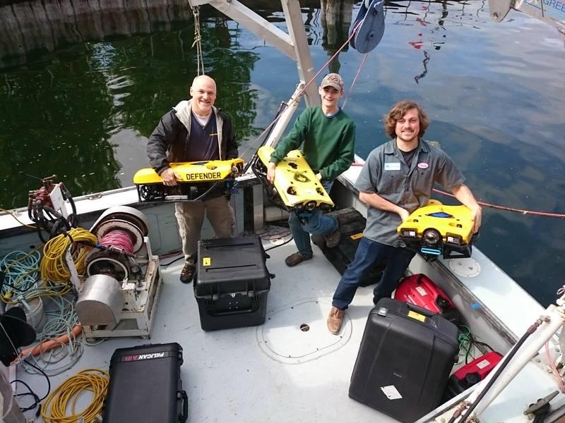 Технический директор VideoRay Маркус Колб со своим сыном Остином и Колином Риггсом, директором по разработке продуктов в Greensa, на технологическом мероприятии VideoRay, Greensea и Nortek в Вермонте. (Фото: Nortek)
