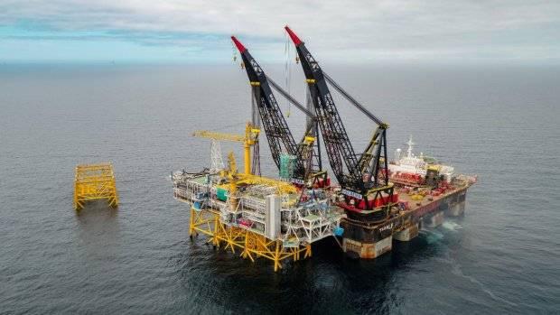 تم رفع جميع قطع أحجية المنصة في مكانها بواسطة سفينة ثيف ذات الرفع الثقيل. (Photo Woldcam - Roar Lindefjeld Bo Randulff Statoil)