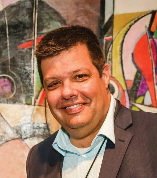 كريس جيبسون ، نائب الرئيس للمبيعات والتسويق في VideoRay.