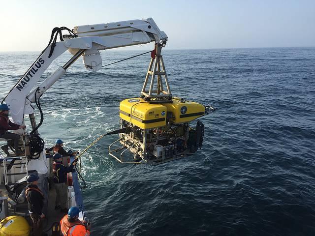 يتم إطلاق ROV من سطح السفينة Nautilus (الصورة: ONC)