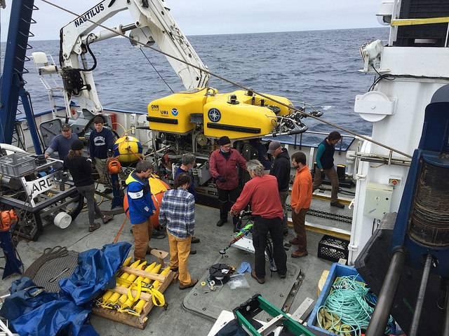 يناقش الفريق عمليات الغوص على سطح Nautilus (الصورة: ONC)