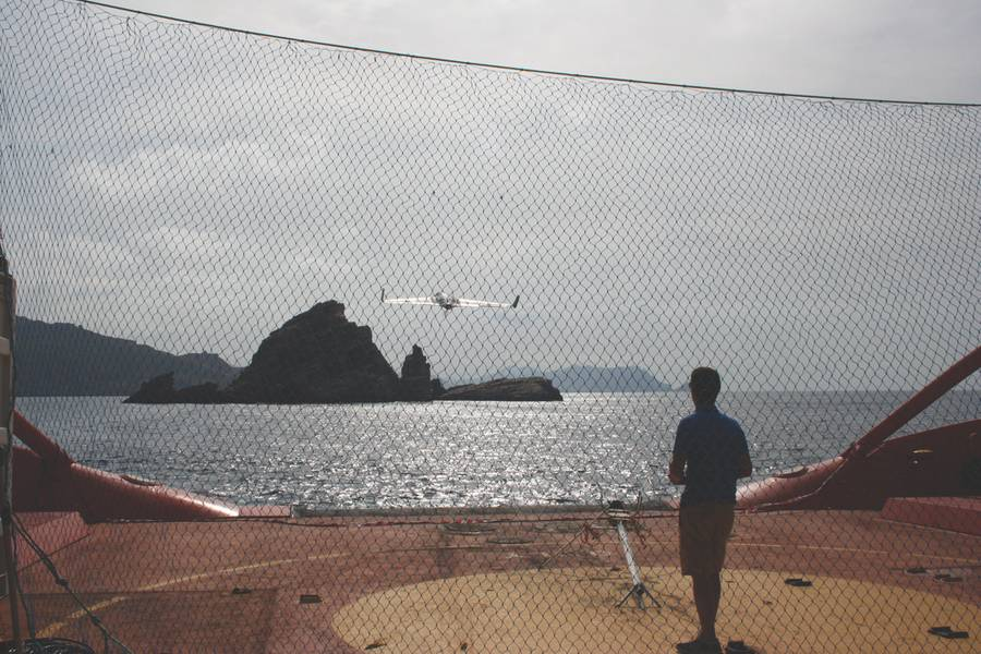 एक्स 8 UAV डेक से दूर ले जा रहा है नेट लैंडिंग के लिए तैयार है। (फोटो शिष्टाचार: जेवियर गिलाबर्ट)