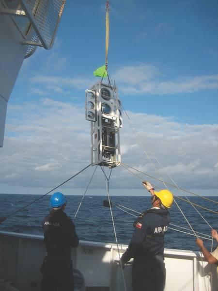 चित्रा 2: चिली आर्मडा द्वारा संचालित आधुनिक चिली वैज्ञानिक पोत कैबो डी हॉर्नोस के डेक क्रू द्वारा तैनाती के लिए द्विपक्षीय लैंडर ऑडसिया को उठाया गया है। ग्लास के गोलाकारों में उदासीनता होती है, जबकि यंत्र वजन कम करते हैं, अंतर्निहित स्थिरता बनाते हैं। (छवि: सौजन्य केविन हार्डी और एटाकामेक्स 2018)