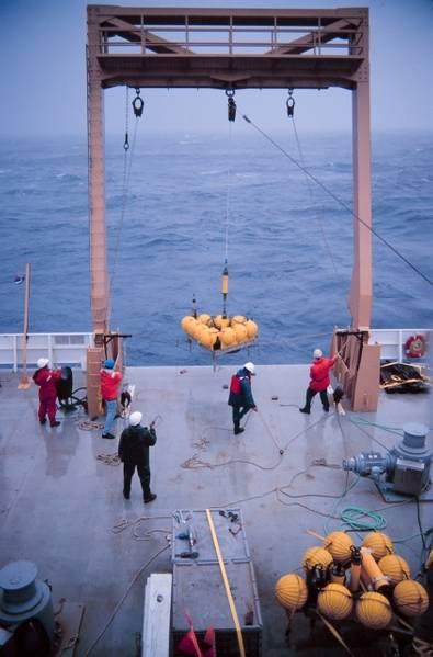 डॉ। रॉबर्ट एमबली, NOAA के फोटो सौजन्य