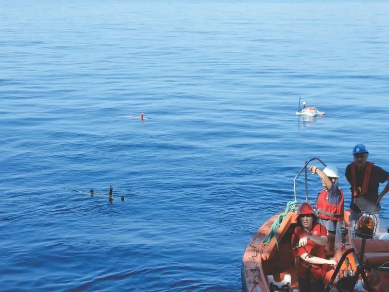 एक मिशन शुरू करने के लिए तैयार अपनी पार्किंग की स्थिति में दो AUV और एक यूएसवी (फोटो शिष्टाचार: जेवियर गिलाबर्ट)