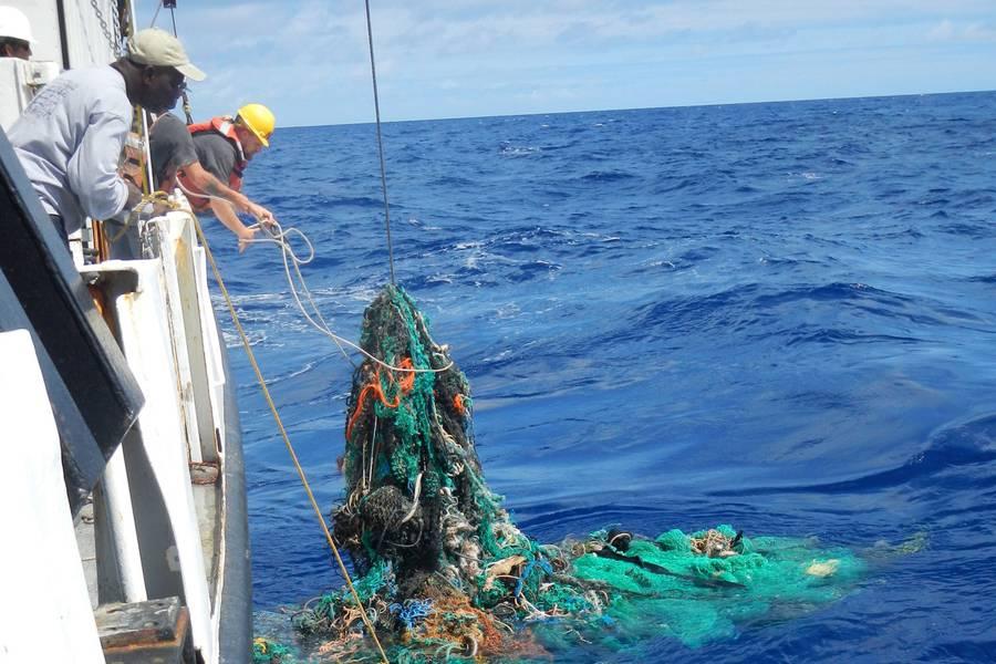 शोधकर्ता प्रशांत महासागर (फोटो: द ओशन क्लीनअप फाउंडेशन) से कचरा खींचते हैं।