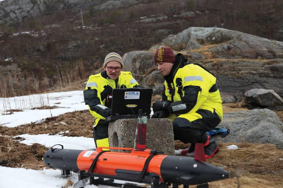संसाधनपूर्ण: नॉर्वेजियन AUV और महासागरीय शोधकर्ता सिंक में काम करते हैं। फोटो क्रेडिट: प्रोफेसर मार्टिन लुडविगसेन, एनटीएनयू एएमओएस