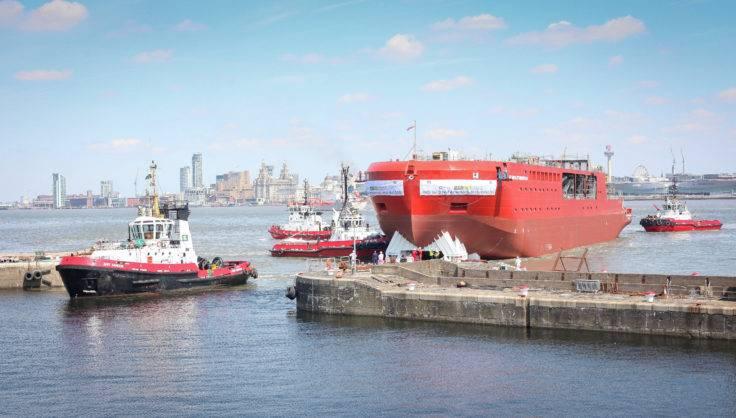 三艘拖船将RRS Sir David Attenborough船体拖入潮湿的水池,进行下一阶段的施工。 (照片:BAS)
