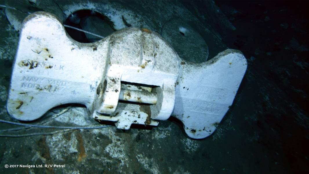 """从ROV拍摄的图像显示了一个明显标有""""US Navy""""和""""Norfolk Navy Yard""""的锚的底部。 (图片由Paul G. Allen提供)"""