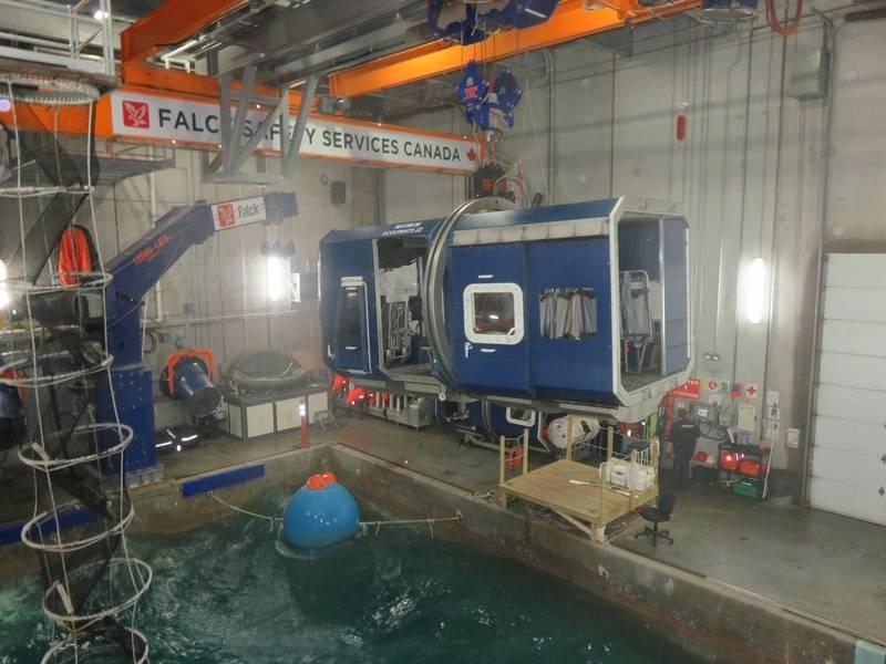 """位于游泳池上方的""""直升机舱""""(蓝色框架结构)。 """"离岸工人""""在机舱内。 (照片:Tom Mulligan)"""