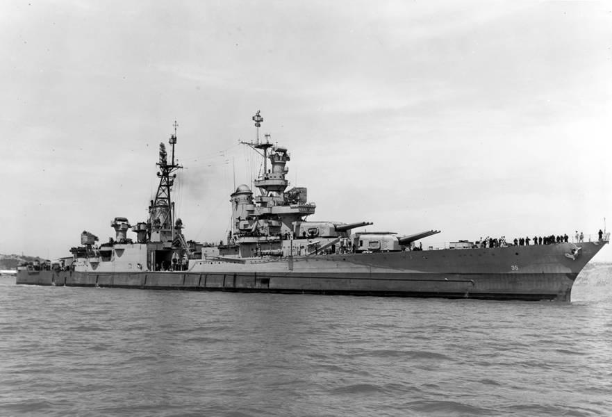 印第安纳波利斯号(CA 35)于1945年7月10日离开加利福尼亚州的马雷岛海军造船厂。(美国海军档案照片)