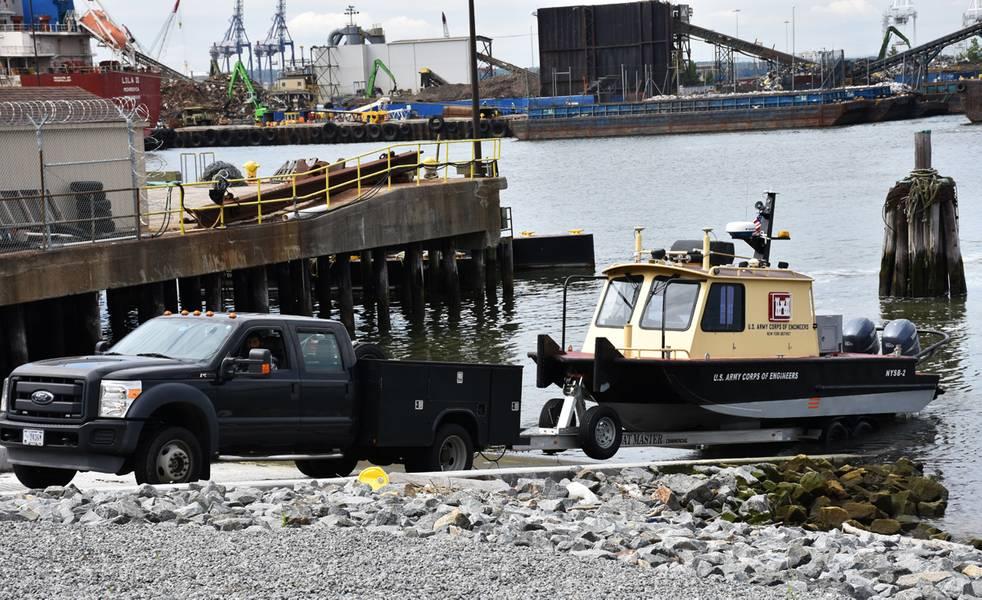 地方自治体はニュージャージー州ジャージーシティーの再建されたCaven Point Marine Terminal(ニュージャージー州、2018年6月12日)の調査船を回収します。新しいボートランプにより、潮汐サイクルのすべてのポイントで船を発進させ、回収することができます。 Hydrogophic Surveysクラスの一部は、ニューヨーク - ニュージャージー港の水上調査船に乗って教えられました。 (写真:James D'Ambrosio)
