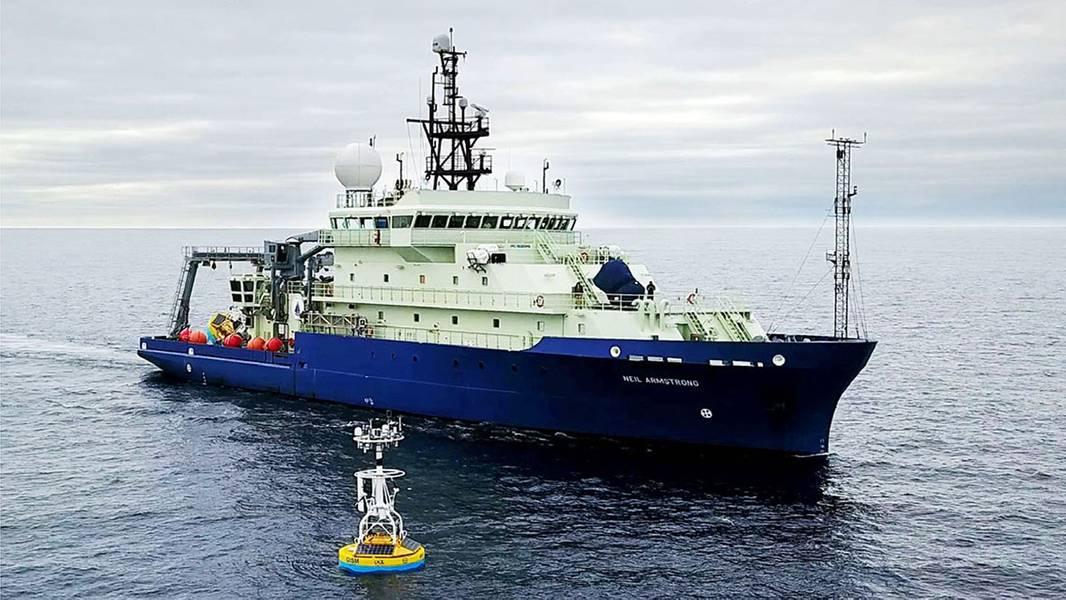 研究船Neil Armstrong于2016年抵达格陵兰南部Irminger海的OOI Global Array的一部分,以恢复表面系泊。(摄影:James Kuo,伍兹霍尔海洋研究所)