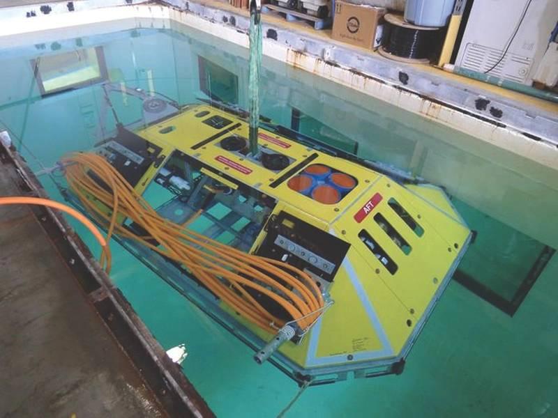 图4。一个海底实验包装包含一个ADCP和几个较小的海洋传感器在一个防风险框架内。里面还有有线网络的电源/通信单元。 (信用:华盛顿大学)