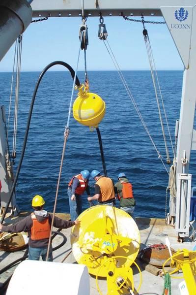 部署在海上的伸缩软管(照片:EOM Offshore)