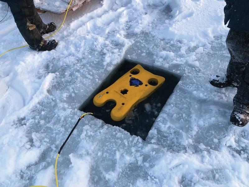 阿拉斯加的任务专家后卫进行搜索和恢复演示。图片:VideoRay