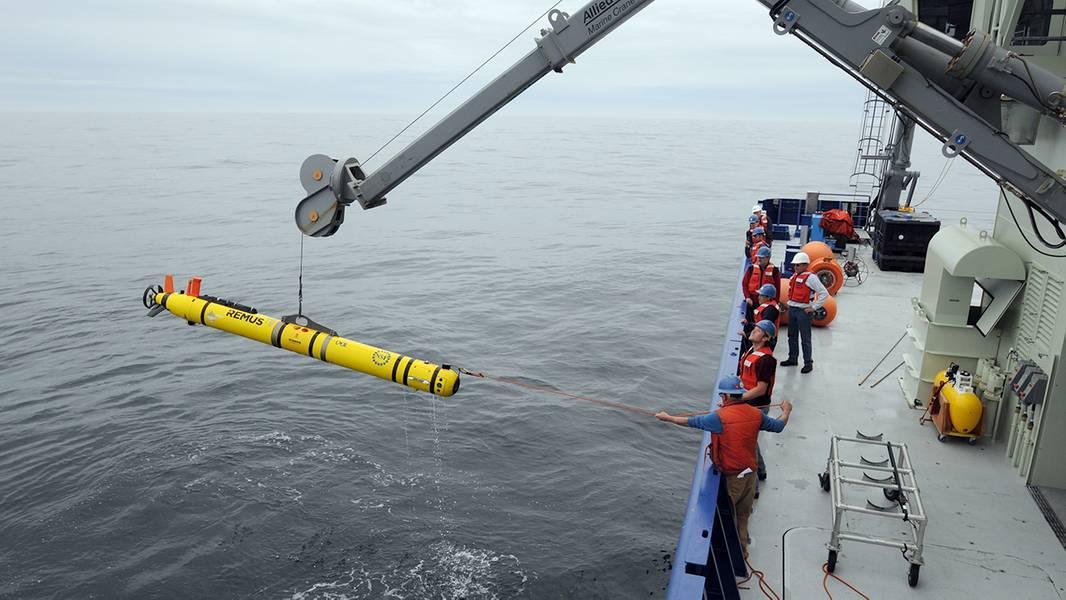 除了滑翔机之外,先锋阵列的科学家们还使用另一种移动平台--REMUS 600自主水下航行器或AUV来进行密集的短期调查。因为REMUS AUV是螺旋桨驱动的,它们可以比滑翔机在水中更快地移动,捕获关于水流,养分和其他海洋特性的高分辨率数据。 (摄影:VéroniqueLaCapra,伍兹霍尔海洋研究所)