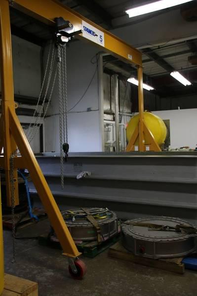陸上テストタンクで水中テストを受けているGeoSpectrum Technologies社のC-BASS VLFサウンドプロジェクター。写真:GeoSpectrum Technologies