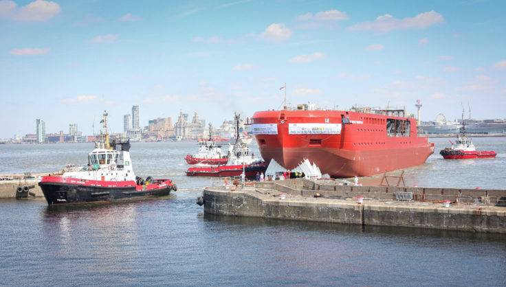 3つの曳船はRRSサー・デイヴィッド・アッテンボローの船体を次の建設段階のための濡れた池に引き入れます。 (写真:BAS)