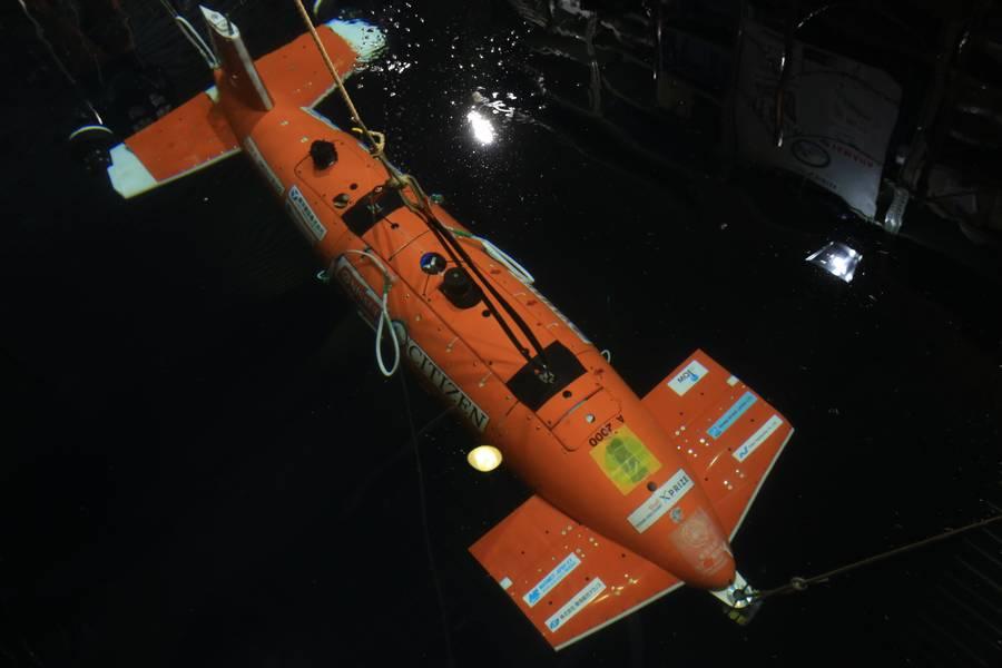 KUROSHIOは、日本の大学、研究所、企業が所有する技術を、AUVを中心とした独自のコラボレーティブなアプローチで統合しています。 (写真:Woodruff Patrick Laputka)