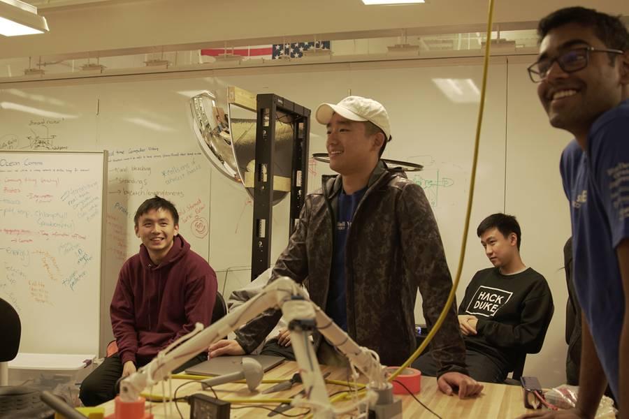 ブルーデビル・オーシャン・エンジニアリングは、回収可能なダイビングSONARポッドを落とすヘビーリフト空中ドワーンを扱っています。 (写真:Zakee Kuduro-Thomas)