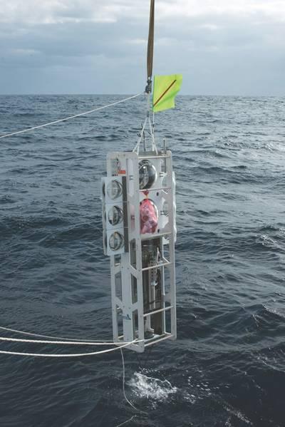图1:智利海底着陆器奥达西亚在第三次开始时降入海中,并创下纪录的潜水时间,在阿塔卡马海沟的8081米处。 (图片来源:Kevin Hardy和Atacamex 2018)