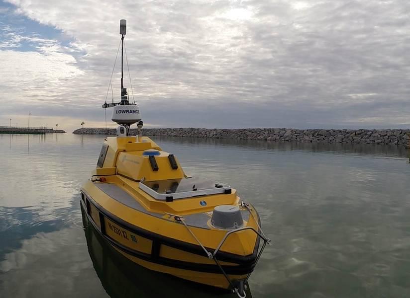 O ASV BEN (Bathymetric Explorer e Navigator) é um protótipo personalizado construído pelo SV Global Unmanned Marine System para o Centro de Mapeamento Costeiro e Marinho da Universidade de New Hampshire. A ASV BEN tem um sistema de mapeamento de fundo do mar de última geração que pode mapear profundidades que chegam a 200 metros. (Foto: Ocean Exploration Trust)