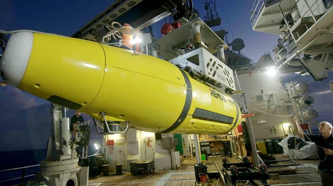 Το AUV επιστρέφει στο RV Petrel. (Φωτογραφία ευγένεια του Paul G. Allen)