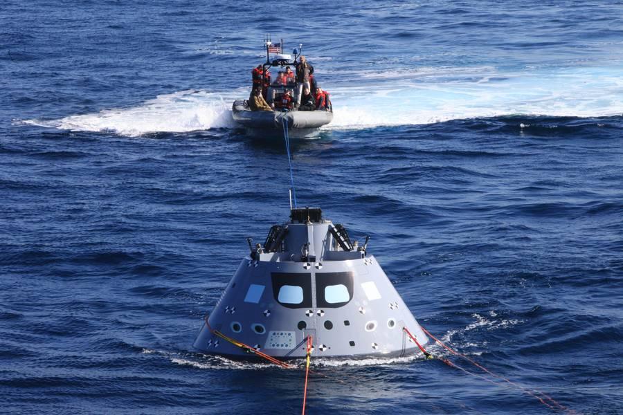 Boote mit Navy-Tauchern und dem NASA-Rettungsteam führen die Kapsel zur USS Anchorage, während das Schiff sicher auf der Station operiert (Foto: NASA)