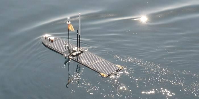 Cefas 'Wave Glider Lyra segelte zu Beginn der 41-tägigen Mission los, nachdem er von RV Cefas Endeavour eingesetzt wurde. (Foto: Cefas)