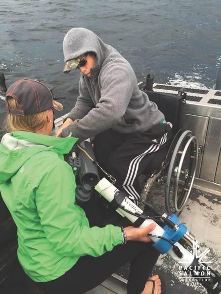 Cientistas Nicole e Ryan Fredrickson implementam um RBRconcerto na região Qualicum do Mar Salish. (Crédito: Pacific Salmon Foundation)