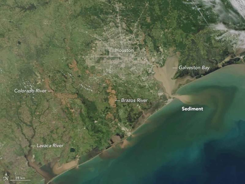 Depois de dias de fortes chuvas do furacão Harvey em agosto de 2017, rios e baías ao redor da área metropolitana de Houston e da costa do Texas estavam cheios de água da enchente, que trouxe águas lamacentas e cheias de sedimentos para o interior do Golfo do México. (Foto: Observatório da Terra da NASA)