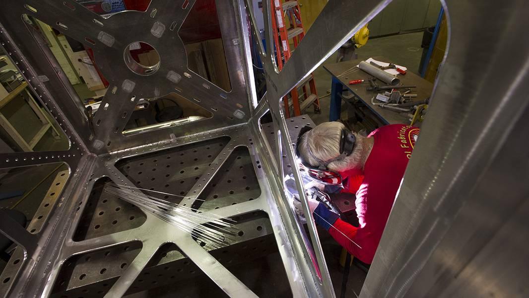 Desde o primeiro dia, a WHOI ajudou a transformar o OOI da visão para a realidade. Os engenheiros e técnicos da WHOI projetaram, construíram e testaram as plataformas e instrumentos do projeto para resistir a tempestades, corrosão, mordidas de tubarão e outros ataques de implantação em tempo integral no mar. (Foto de Thomas Kleindinst, Instituto Oceanográfico Woods Hole)