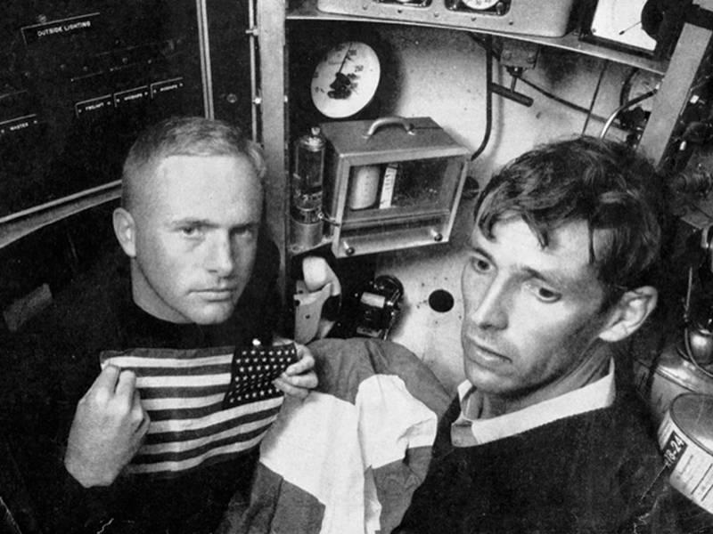Don Walsh y Jacques Piccard dentro de la cabaña de Trieste, 1959. Imagen cortesía de Don Walsh.