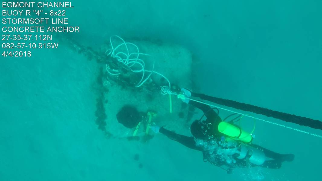 Ein Blick von oben, ein Taucher befestigt eine StormSoft Eco-Mooring-Linie an einem Betonsenker (Foto mit freundlicher Genehmigung der US-Küstenwache)