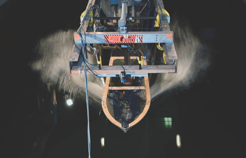 Ein an einem Hochgeschwindigkeitsschlitten befestigtes Schiffsrumpfmodell bewegt sich während der vom ONR gesponserten Forschung durch Wellen im David Taylor Model Basin am Naval Surface Warfare Center in Carderock. (US Navy Foto von John F. Williams)
