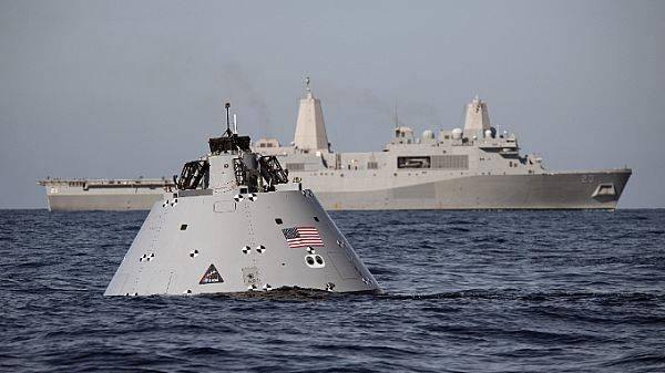 Eine Modellkapsel zur Simulation des Orion-Crew-Moduls, das nach der für Dezember 2019 geplanten Exploration Mission-1 im Pazifik planschen wird. Im Hintergrund: USS Anchorage unterstützt den NASA Underway Recovery Test. (US Navy Foto von Abe McNatt)