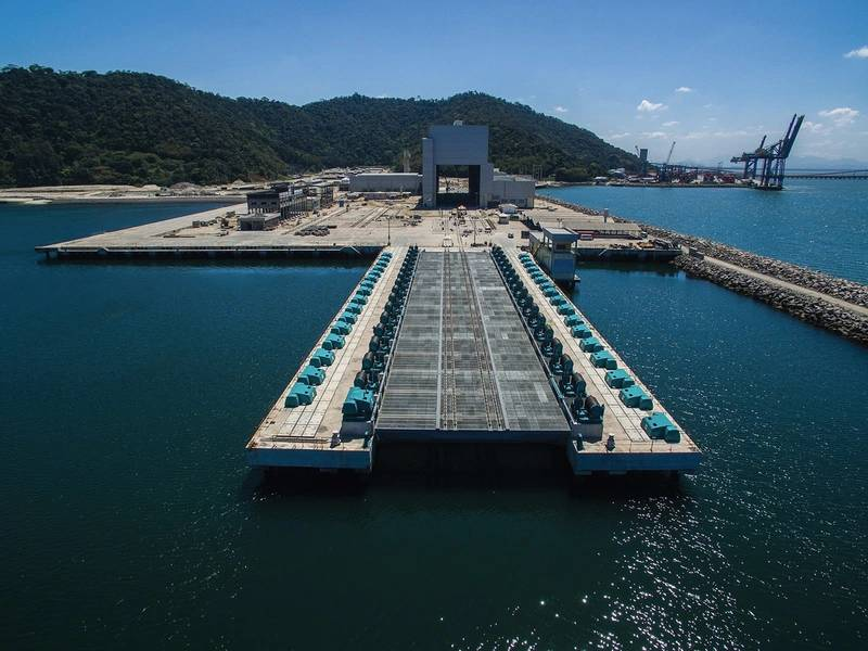 Estaleiro naval de ICN com o elevador submarino no forefront. Image Marinha do Brasil