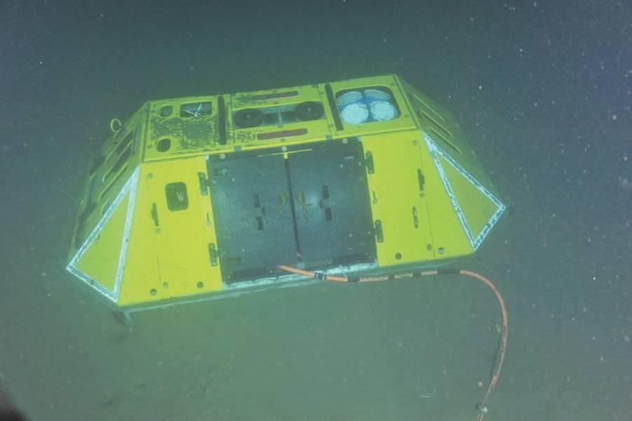 Fig.5। ओरेगन से अपतटीय 600 मीटर की गहराई पर समुद्र तल पर एक बैथिकिक प्रयोग पैकेज। सही पर एक 75 kHz एडीसीपी है। इंटरनेट से केबल कनेक्शन सुरक्षात्मक दरवाजे से फैली हुई है। (क्रेडिट: एनएसएफ-ओओआई / यूडब्ल्यू / सीएसएसएफ, डाइव 1747, विज़न '14 एक्सपिशन)
