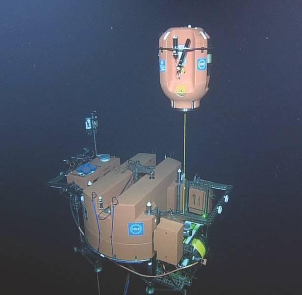 Figura 2. Los ADCP toman muestras de forma remota de la columna de agua de 200 m a través de la cual un anclaje de anclaje poco profundo hace girar las cápsulas de ciencia. Las vainas hacen 9 ciclos por día, deteniéndose a una corta distancia debajo de la superficie. (Crédito: Expedición de la Universidad de Washington, NSF-OOI / ROPOS VISIONS '15)