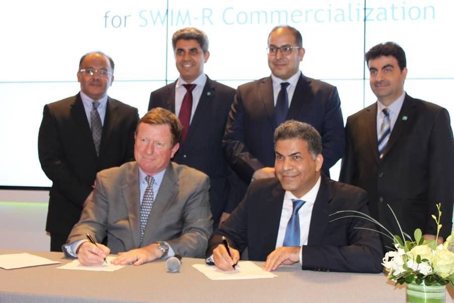 Firma - izquierda: Mike Read, Presidente, Teledyne Marine; Derecha: Abdulmohsen Almajnouni, CEO de RPD Innovations (Foto: Greg Trauthwein)